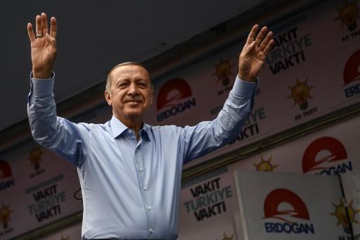 Turquie: Erdogan et son rival croisent le fer à Istanbul à la veille des élections