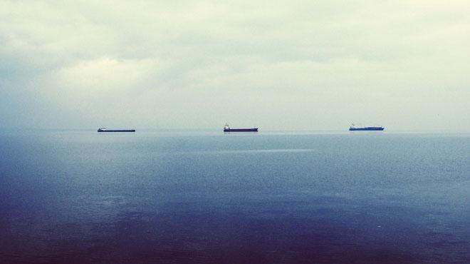 Risque de pollution des plages après une fuite d'huile sur un pétrolier à Rotterdam