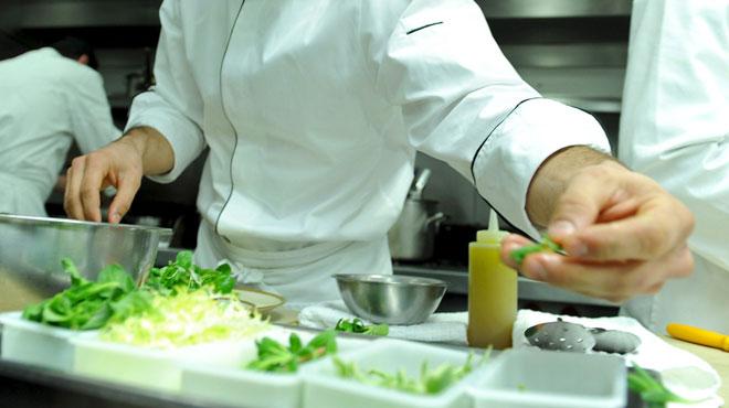 Un chef étoilé va cuisiner un menu gastronomique avec des sans-abri: