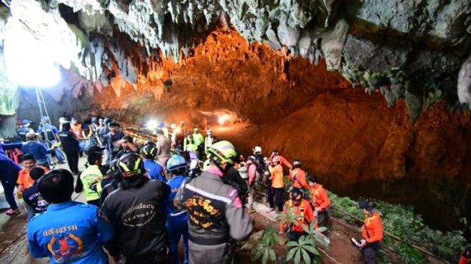 Horreur en Thaïlande: 12 enfants et leur entraîneur de foot sont bloqués dans une grotte inondée depuis samedi