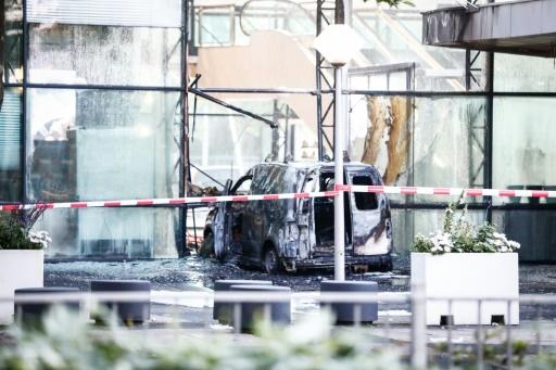 Amsterdam: une camionnette défonce la façade d'un grand journal