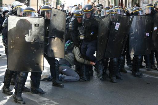 Une centaine de blessés lors d'interventions policières: parmi eux, un photographe aux mains abîmées par une grenade