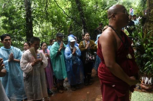 Enfants disparus en Thaïlande: prières devant la grotte
