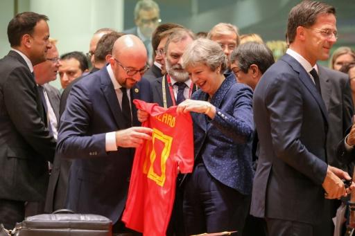 Mondial-2018: le Premier ministre belge surprend Theresa May avec un maillot des Diables rouges