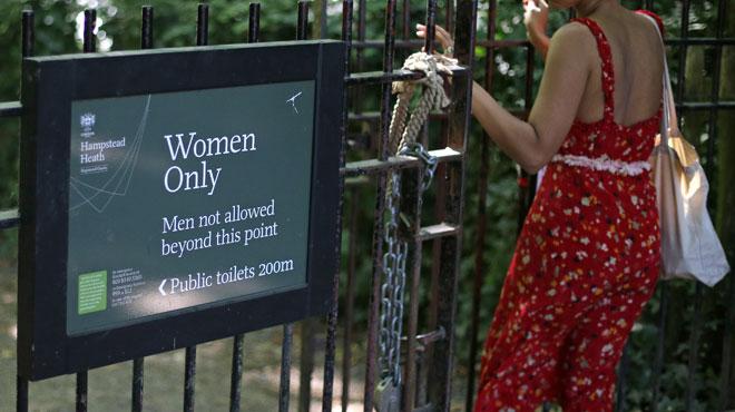 Les transgenres autorisés à se baigner dans un étang pour femmes à Londres: gênées par