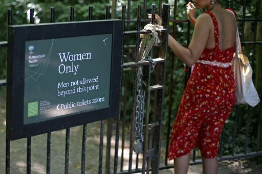 A Londres, des femmes divisées sur l'accueil des transgenres dans leur étang