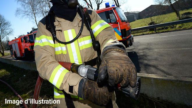 Incendies dans le Brabant wallon: une moissonneuse s'embrase à Court-Saint-Etienne et un terrain prend feu à Rixensart