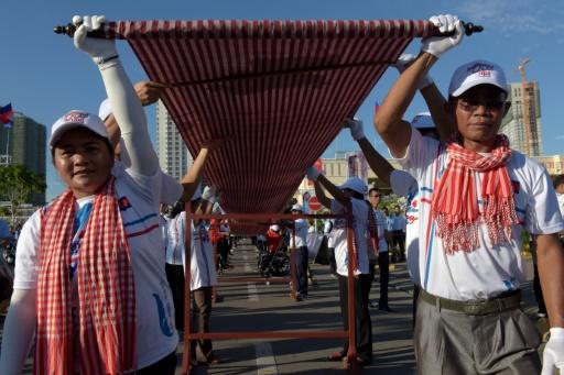 Cambodge: une écharpe tissée longue de plus d'un kilomètre, un record