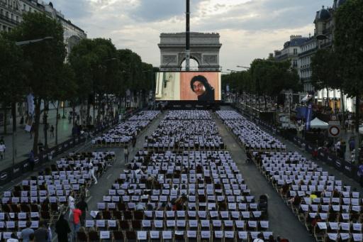 Les Champs-Elysées transformés en cinéma géant