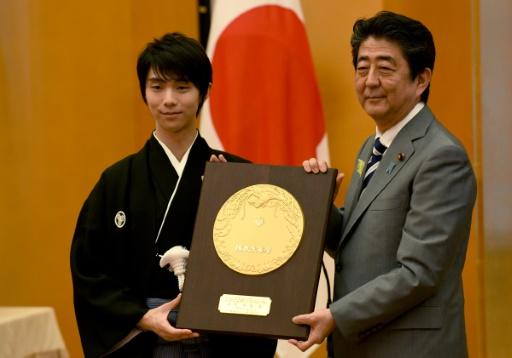 A 23 ans, le patineur japonais Hanyu reçoit les honneurs nationaux