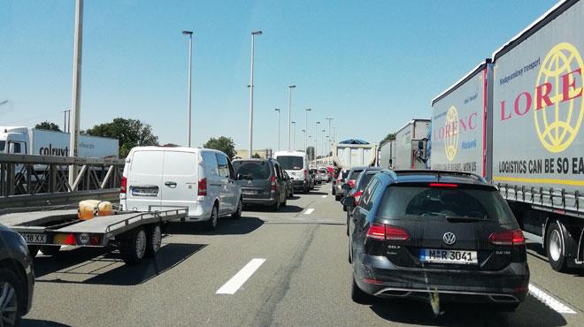 Un camion et une camionnette en travers des 3 bandes sur la E42 à Saint-Georges