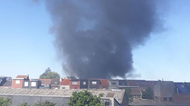 Herstal: une colonne de fumée noire se dégage de la place de Licourt