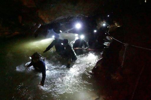 Thaïlande: les jeunes footballeurs piégés dans une grotte retrouvés