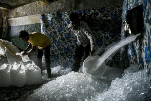 En Inde, l'artisanale production de glaçons pour rafraîchir New Delhi