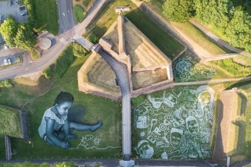 Belfort : l'artiste Saype peint une fresque géante pour les Eurockéennes