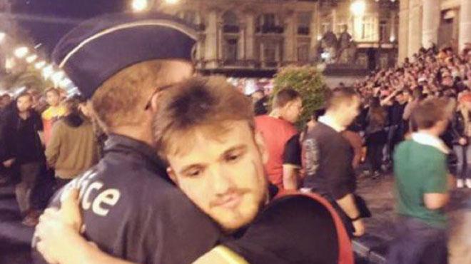 La police de Bruxelles publie ce cliché émouvant après l'exploit des Diables: une étreinte entre un policier et un supporter