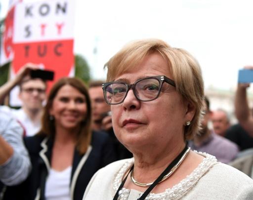 Pologne : la présidente de la Cour suprême à son bureau, défie le pouvoir