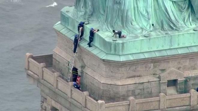 La Statue de la Liberté évacuée à New York après qu'une femme grimpe dessus (photos)
