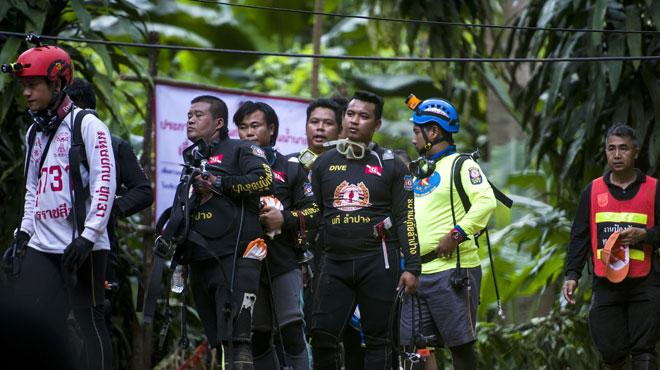 L'opération d'évacuation lancée — Grotte en Thaïlande
