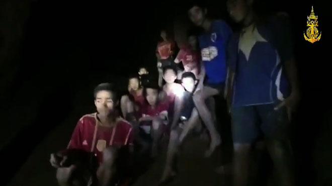 Un plongeur meurt après avoir ravitaillé les enfants prisonniers d'une grotte en Thaïlande: le temps pour les sortir est désormais limité