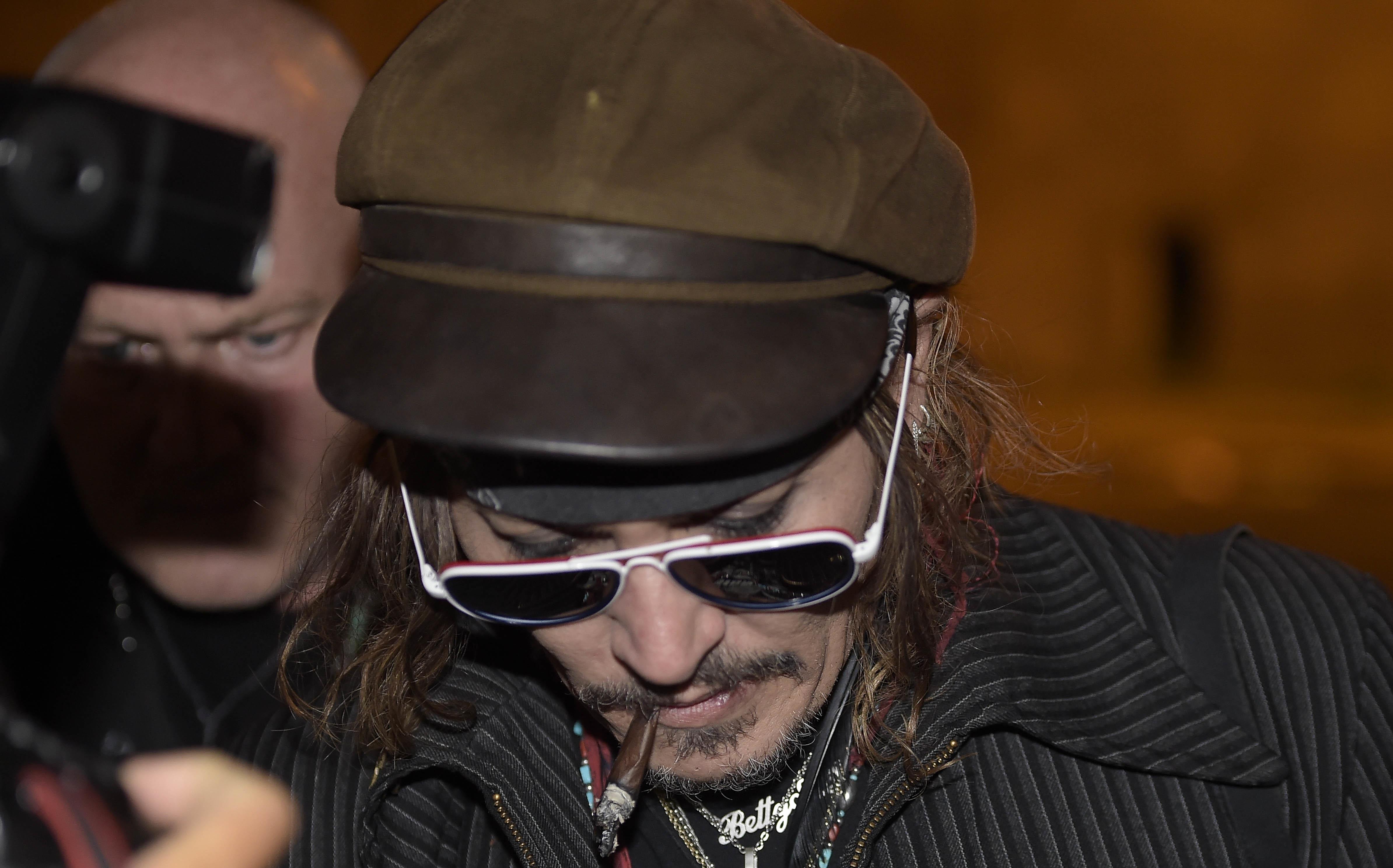 Johnny Depp suspecté de violence envers son équipe