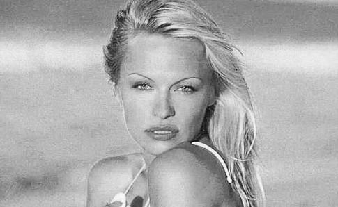 Pamela Anderson félicite son chéri Adil Rami et les Bleus