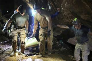 Thaïlande- certains des enfants sortis endormis de la grotte inondée
