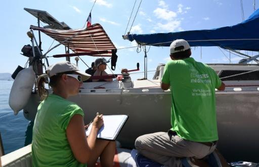 En Méditerranée, des associations abordent les plaisanciers pour une mer sans plastique