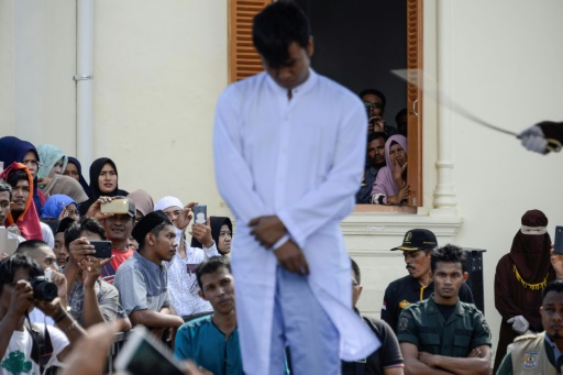 Indonésie: coups de bâton pour un couple gay à Aceh, région pro-charia
