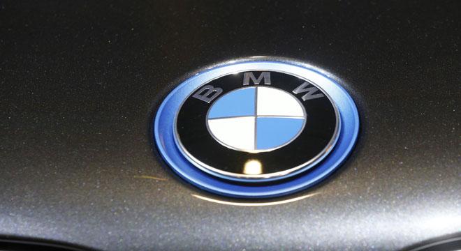 Wetteren: il crève les pneus d'une BMW avant de poignarder un homme