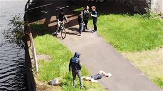 Ils font semblant de jeter un corps dans un canal pour tester la réaction des passants (vidéo) 3