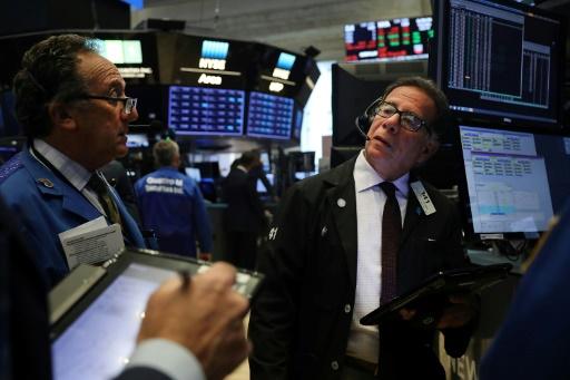 Wall Street, aidée par Amazon et le patron de la Fed, termine en hausse