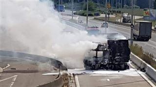Un camion brûle sur l'A25 à hauteur de Visé- la chaussée est fermée à la circulation 3