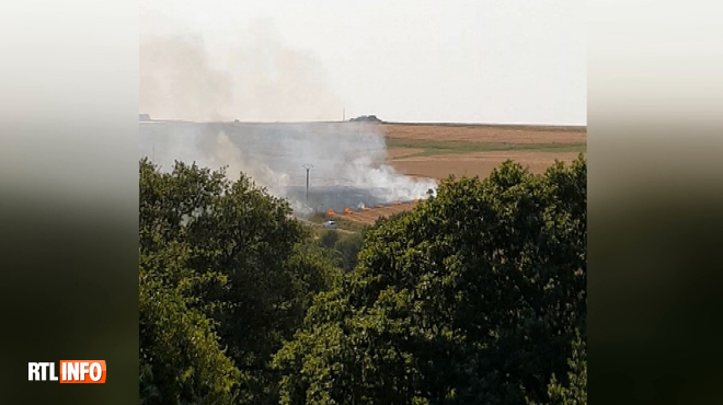 Un champ prend feu à Walcourt et provoque un important dégagement de fumée