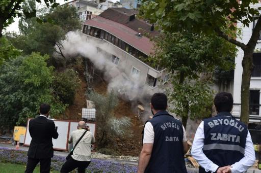 Spectaculaire effondrement d'un immeuble à Istanbul après des pluies