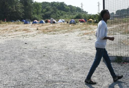 Des associations d'aide aux migrants réclament un meilleur accès à l'eau à Calais