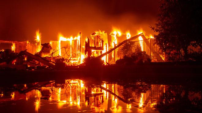 Une grand-mère et ses arrière-petits-enfants piégés dans leur mobilhome par les flammes: les incendies s'étendent en Californie, six morts, des milliers d'évacués