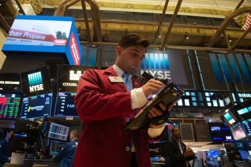 Wall Street entame une semaine chargée en ordre dispersé