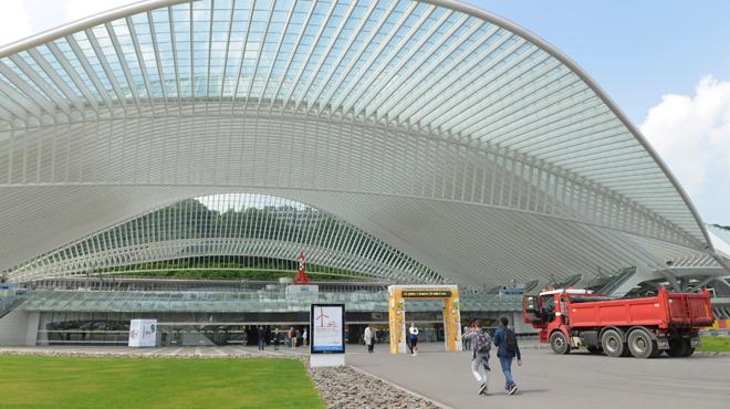 Liège: il grille une priorité et finit sur le toit devant la gare des Guillemins