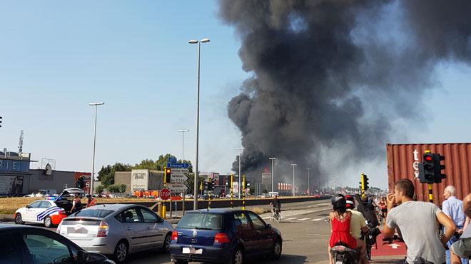 Incendie à proximité de l'autoroute A12 à Aartselaar: la circulation a enfin pu reprendre