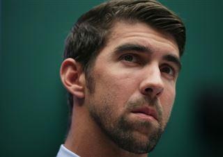Phelps félicite un nageur de 10 ans qui a battu un de ses records de la catégorie d'âge