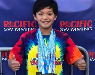 Michael Phelps félicite un nageur de 10 ans qui a battu un de ses records de la catégorie d'âge