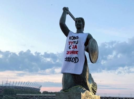 Des monuments en Pologne revêtus de T-shirts pour réclamer le respect de la Constitution