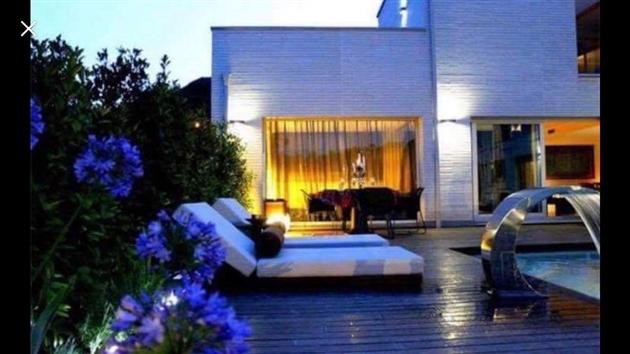 arriv s en espagne pour les vacances brigitte et sa famille d couvrent que la villa qu 39 ils ont. Black Bedroom Furniture Sets. Home Design Ideas