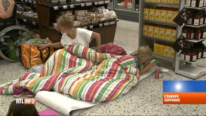 Pour faire face à la canicule, des Finlandais dorment… dans les rayons d'un supermarché
