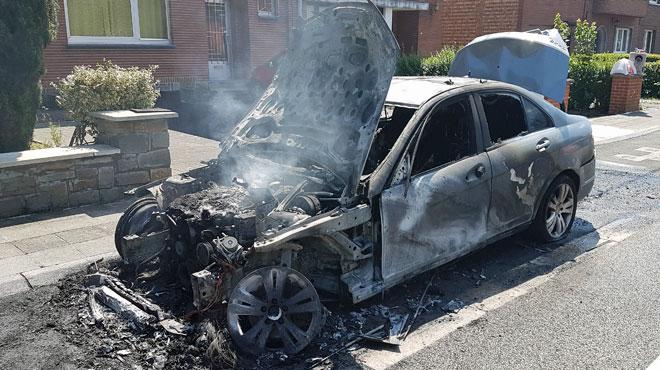 Une Mercedes prend feu sur la route de Gozée à Montigny-le-Tilleul (photos)