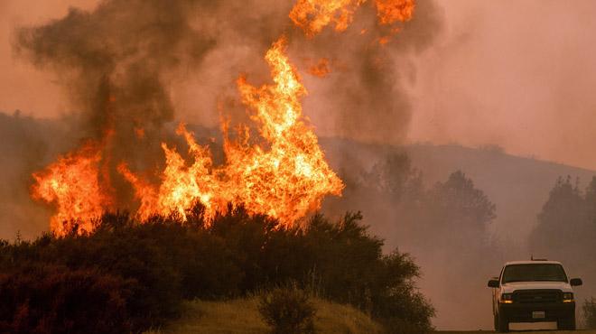 Deux foyers forment le plus grand incendie de l'histoire de la Californie