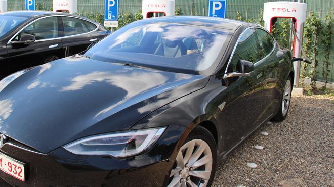 Les voleurs d'une Tesla forcés d'abandonner leur butin au bord d'une route à Wemmel