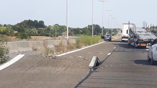 Un soulèvement de chaussée surprend des automobilistes sur le R5 à Mons (photos)