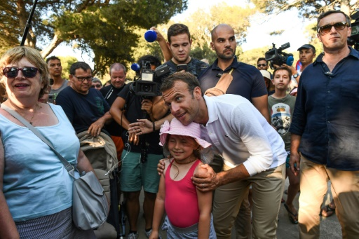 Premier bain de foule d'Emmanuel Macron en vacances au Fort de Brégançon